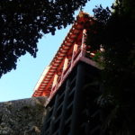 森の中にある琉球八社「末吉宮」山の斜面に拝殿が・・