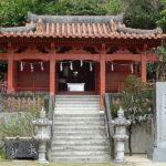 住宅地のなかの狭い道路の先に階段があり上に鳥居が、階段をのぼってみると。。