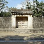 人が通る門ではありません「園比屋武御嶽石門」は神への礼拝の門なんです。