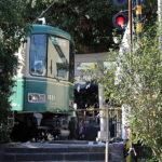 鳥居の前に線路があり、ドラマの舞台としても有名な「御霊神社」