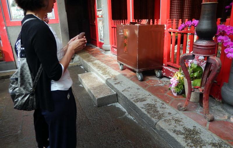 台北の龍山寺ではおみくじ棒の書かれている番号でいいか?神様に確認が必要なんです。