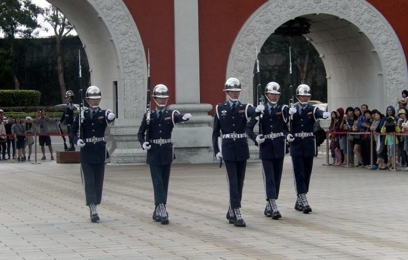台北で見た、片手で約6キロ位の銃を40分も持って動かなかった衛兵と交代式が凄い!